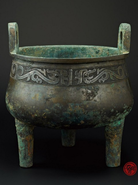 ARCHAIC BRONZE RITUAL TRIPOD, DING, WITH DRAGON PATTERN AND INSCRIPTION